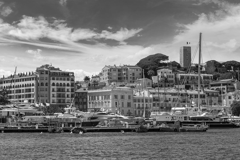 vue port de cannes en noir et blanc